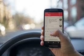 Nuevas normativas DGT foto de móvil al volante